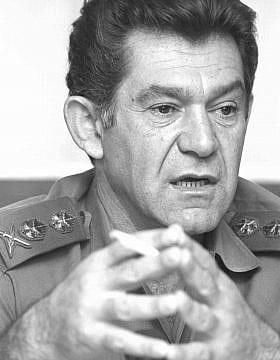 """הרמטכ""""ל רב-אלוף דוד אלעזר בזמן מלחמת יום הכיפורים (צילום: באדיבות ארכיון צה""""ל במשרד הביטחון, אבי)"""