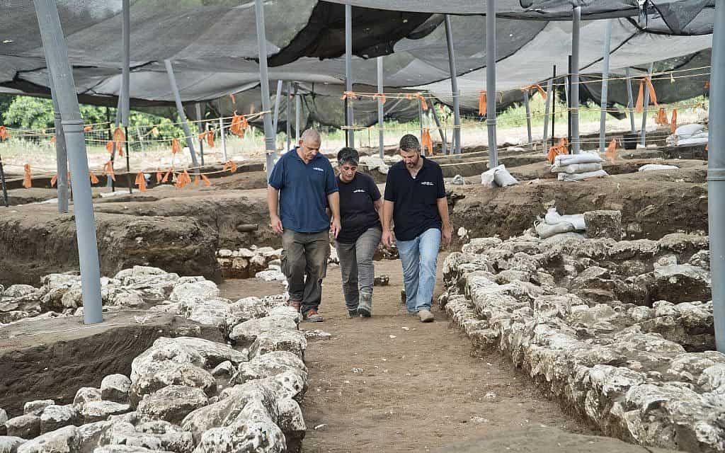 """מנהלי החפירות (משמאל לימין) איתי אלעד, ד""""ר דינה שלם וד""""ר יצחק פז, הולכים בסמטה בת 5,000 שנה באתר החפירות מתקופת הברונזה הקדומה ליד חריש המודרנית (צילום: יולי שוורץ, רשות העתיקות)"""