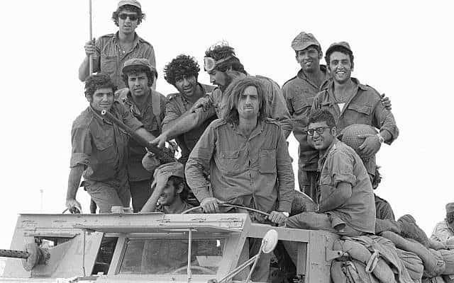 חיילי מילואים עומדים על משאית במהלך מלחמת יום כיפור בחצי האי סיני ב-6 באוקטובר, 1973 (צילום: אבי שמעוני, במחנה, ארכיון משרד הביטחון)
