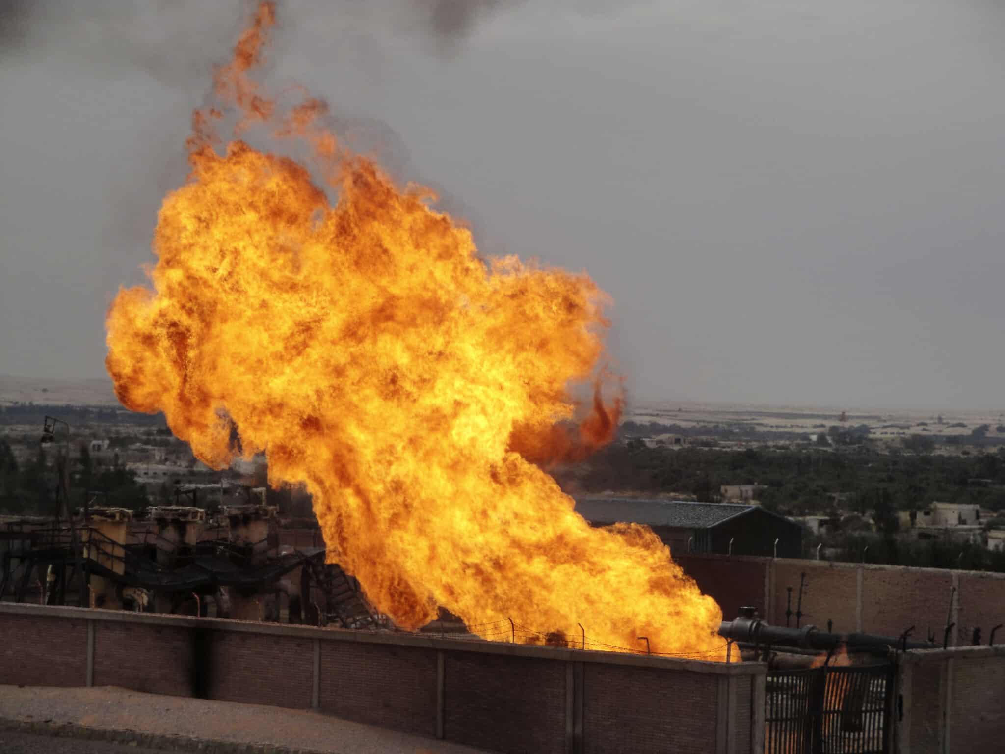 פיצוץ בצינור הגז המצרי, 2011 (צילום: AP Photo/Ashraf Swailem)