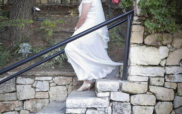 כלה יורדת במדרגות בעת חתונתה בעין חמד, 14 בדצמבר 2017 (צילום: סוכנות הידיעות האמריקאית/אריאל שליט)