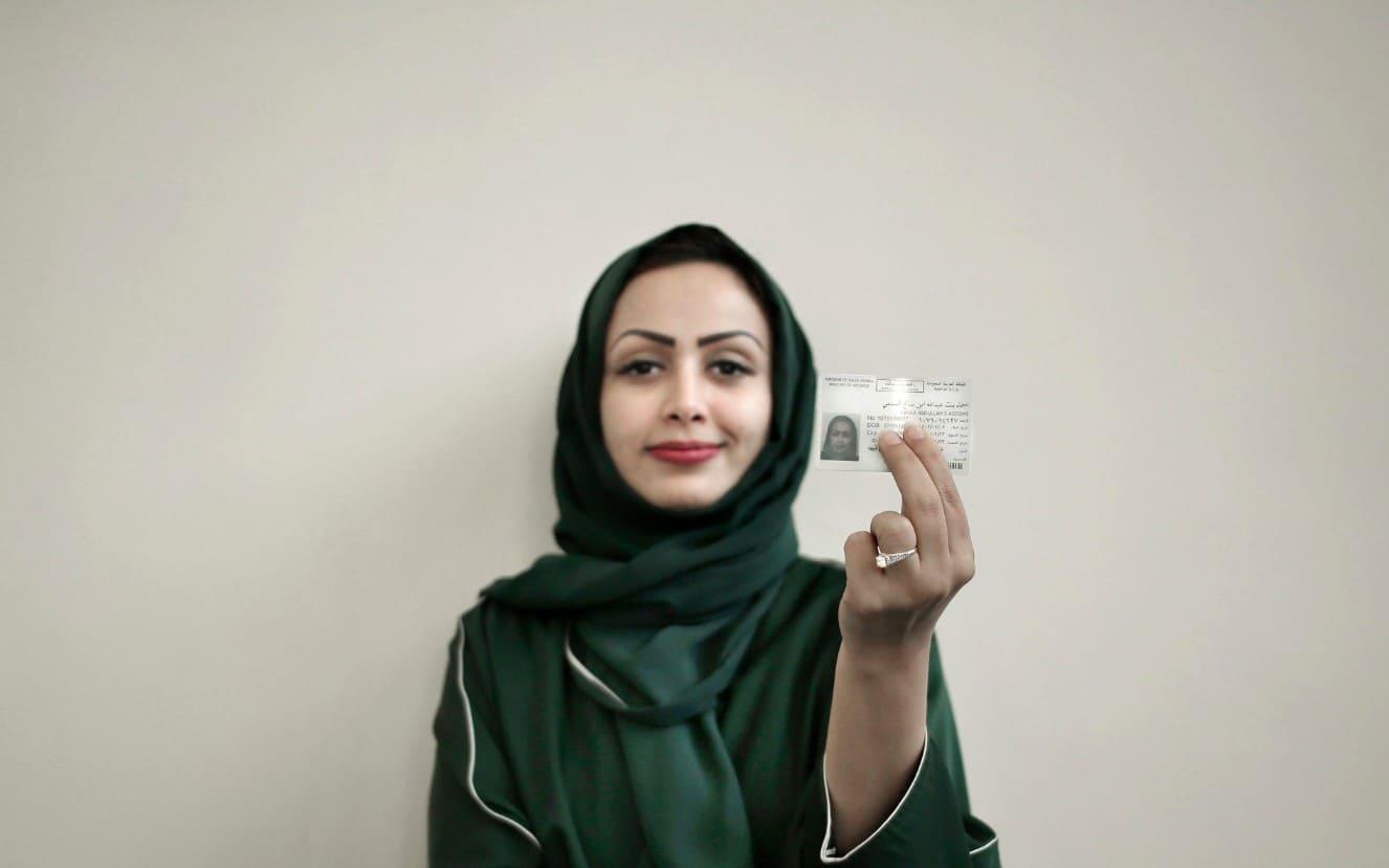אישה סעודית מציגה את רישיון הנהיגה החדש שלה, יוני 2018, ארכיון (צילום: AP Photo/Nariman El-Mofty, File)