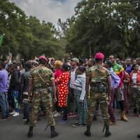 חיילי צבא לצד מפגינים באדיס אבבה שבאתיופיה, ארכיון; למצולמים אין קשר לידיעה (צילום: Mulugeta Ayene, AP)