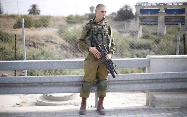 חייל צה״ל במעבר הגבול לירדן, ב-22 באוקטובר 2018 (צילום: AP Photo/Ariel Schalit)