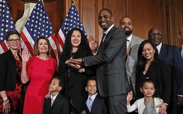 אנטוניו דלגאדו מושבע לקונגרס, לצד אשתו לייסי שוורץ דלגאדו (צילום: AP Photo/Alex Brandon)