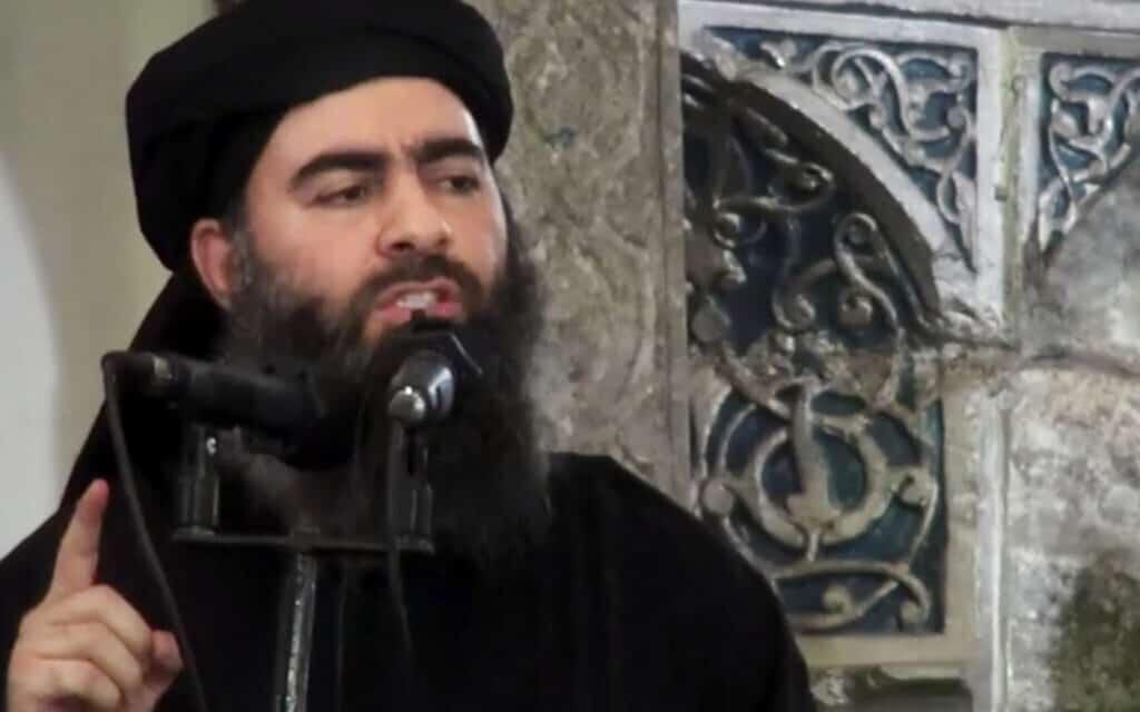 אבו באכר אל בגדדי נואם במסגד בעיראק. ככל הנראה נהרג אתמול בסוריה. טראמפ ימסור הצהרה בעניין בהמשך היום (צילום: Militant video via AP, File))