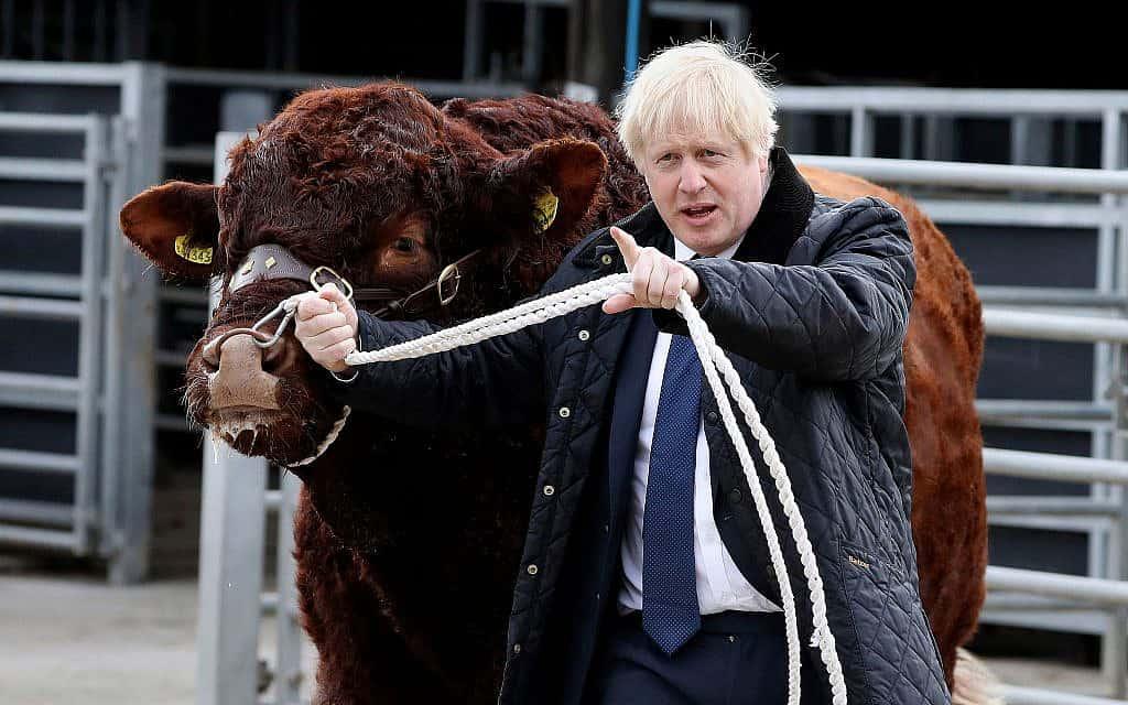 ראש ממשלת בריטניה עם חבר, במהלך ביקור בסקוטלנד, ב-6 בספטמבר 2019 (צילום: Andrew Milligan/PA via AP)