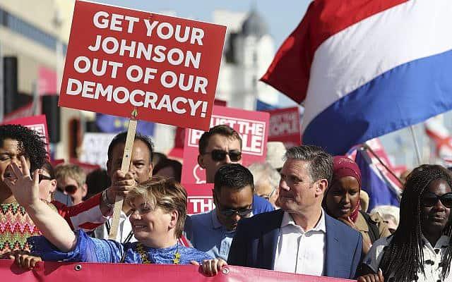 הפגנה נגד בוריס ג׳ונסון ב-21 בספטמבר 2109 (צילום: Gareth Fuller/PA via AP)