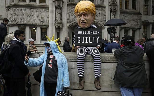 מחאה נגד בוריס ג׳ונסון מחוץ לבית המשפט העליון בלונדון, ב-24 בספטמבר 2019 (צילום: AP Photo/Matt Dunham)