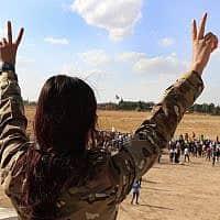 לוחמת של הכוחות הסורים הדמוקרטיים ליד ראש אל-עין, ב-7 באוקטובר 2019 (צילום: AP Photo)