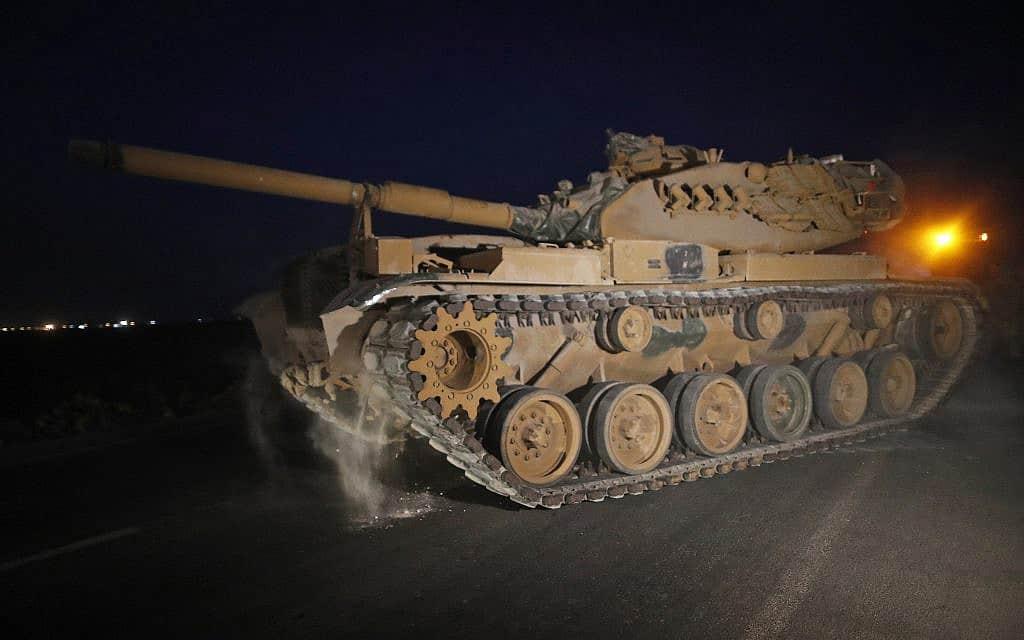 טנק צבא טורקיה משונע על גבול סוריה-טורקיה, ב-8 באוקטובר 2019 (צילום: AP Photo/Lefteris Pitarakis)