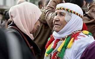 אישה כורדית משתתפת בהפגנה מחוץ לבניין הפרלמנט האירופי בבריסל, בעקבות כניסת כוחות טורקיה לסוריה, ב-9 באוקטובר 2019 (צילום: AP Photo/Virginia Mayo)