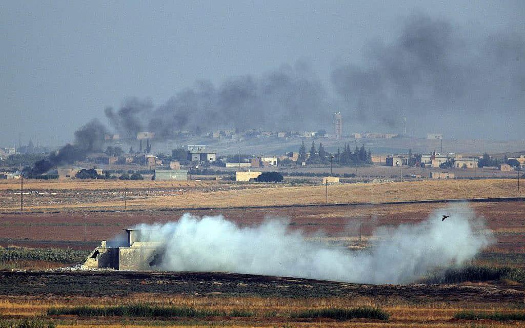 כוחות טורקים פוגעים במטרות בצפון מזרח סוריה, ב-9 באוקטובר 2019 (צילום: AP Photo/Lefteris Pitarakis)