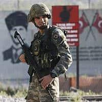 חייל טורקי בגבול עם סוריה, ב-9 באוקטובר 2019 (צילום: AP Photo/Lefteris Pitarakis)
