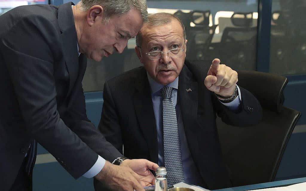 נשיא טורקיה רג׳פ טאיפ ארדואן ושר ההגנה הטורקי הולאוזי אקר בחדר המצב, מפקחים על כניסת הכוחות לסוריה, ב-9 באוקטובר 2019 (צילום: Turkish Presidency Press Service via AP, Pool)