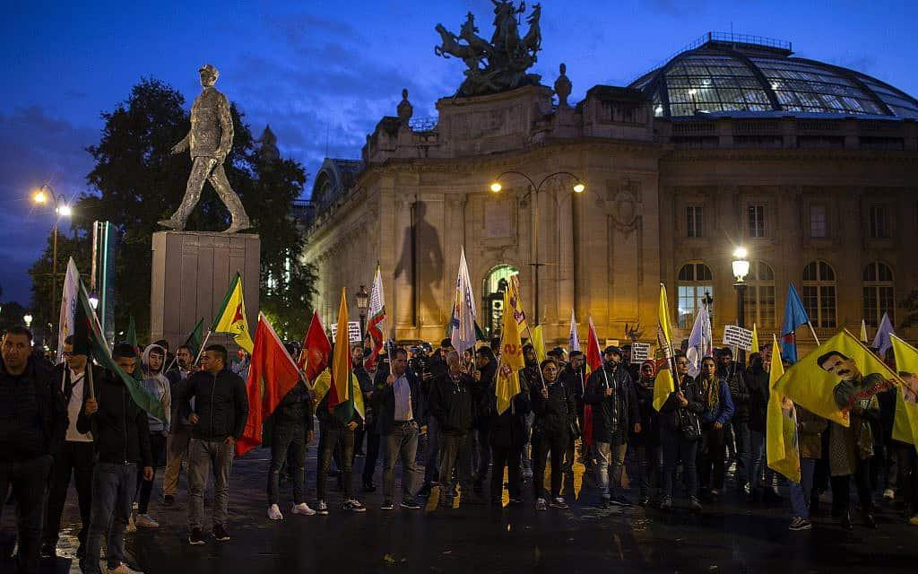 כורדים מפגינים בפריז נגד כניסת הכוחות הטורקים לסוריה, ב-9 באוקטובר 2019 (צילום: AP Photo/Rafael Yaghobzadeh)