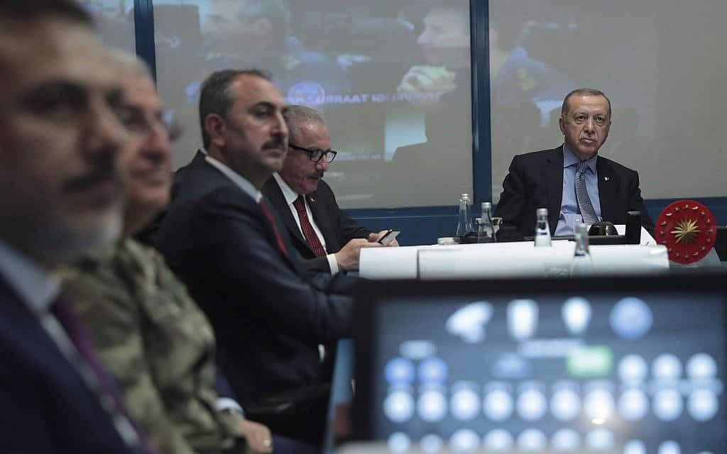 ארדואן בחדר המצב, מפקח על כניסת כוחות הצבא הטורקי לסוריה, ב-9 באוקטובר 2019 (צילום: Turkish Presidency Press Service via AP, Pool)
