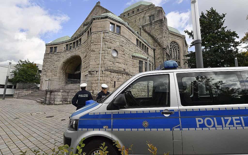 אבטחה משטרתית ליד בית כנסת עתיק בגרמניה, בעקבות הפיגוע ליד בית הכנסת בעיר האלה (צילום: AP Photo/Martin Meissner)