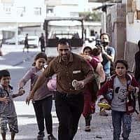 תושבים טורקים בורחים בהפגזה מסוריה, ב-10 באוקטובר 2019 (צילום: Ismail Coskun/IHA via AP)