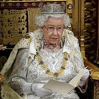 המלכה אליזבת נואמת במושב פתיחת הפרלמנט הבריטי, ב-14 באוקטובר 2019 (צילום: Toby Melville/Pool via AP)
