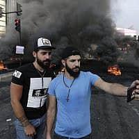 מפגינים בבירות במחאה על שחיתות שלטונית, מסים חדשים והמשבר הכלכלי (צילום: AP Photo/Hassan Ammar)