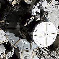כריסטינה קוך וג'סיקה מאיר מבצעות היסטוריה היום כשהן יוצאות מתחנת החלל הבינלאומית ללא נוכחות גבר (צילום: NASA via AP)