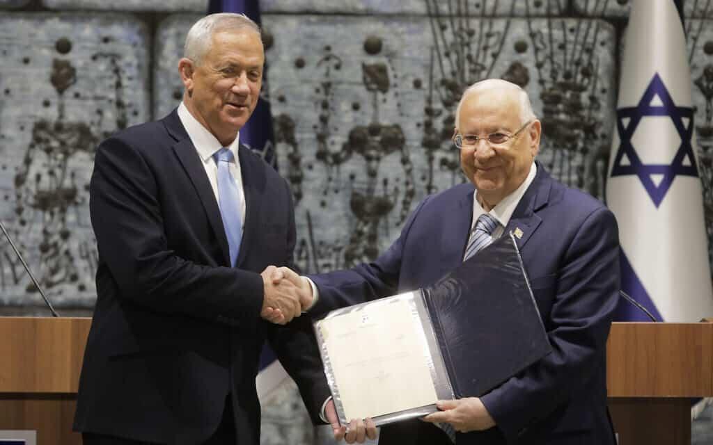בני גנץ מקבל את המנדט מהנשיא ראובן ריבלין, 23 באוקטובר 2019 (צילום: AP Photo/Sebastian Scheiner)