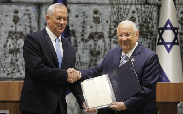 בני גנץ מקבל את המנדט מהנשיא ראובן ריבלין. 23 באוקטובר 2019 (צילום: AP Photo/Sebastian Scheiner)