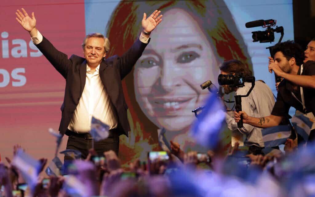 המועמד הפרוניסטי לנשיאות, אלברטו פרננדז, על רקע תמונת הנשיאה לשעבר קריסטינה פרננדז (צילום: AP Photo/Daniel Jayo)