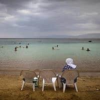 תיירים צפים בים המלח, ארכיון, 2016 (צילום: AP Photo/Oded Balilty, file))