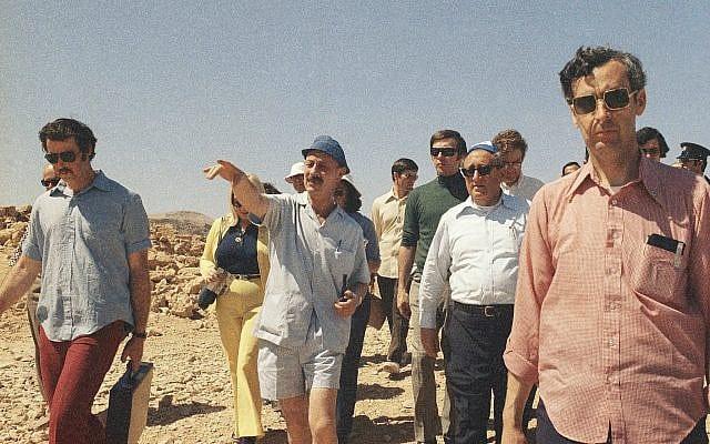"""מזכיר המדינה האמריקאי לשעבר הנרי קיסינג'ר מבקר במצדה במרץ 1975 עם הארכיאולוג והרמטכ""""ל לשעבר יגאל ידין (צילום: סוכנות הידיעות האמריקאית/קסטרו)"""