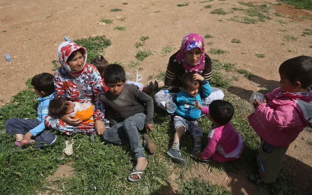 פליטים מכובני שנמלטו לטורקיה בדרך חזרה לבתיהם, 2015 (צילום: AP Photo/Hussein Malla)