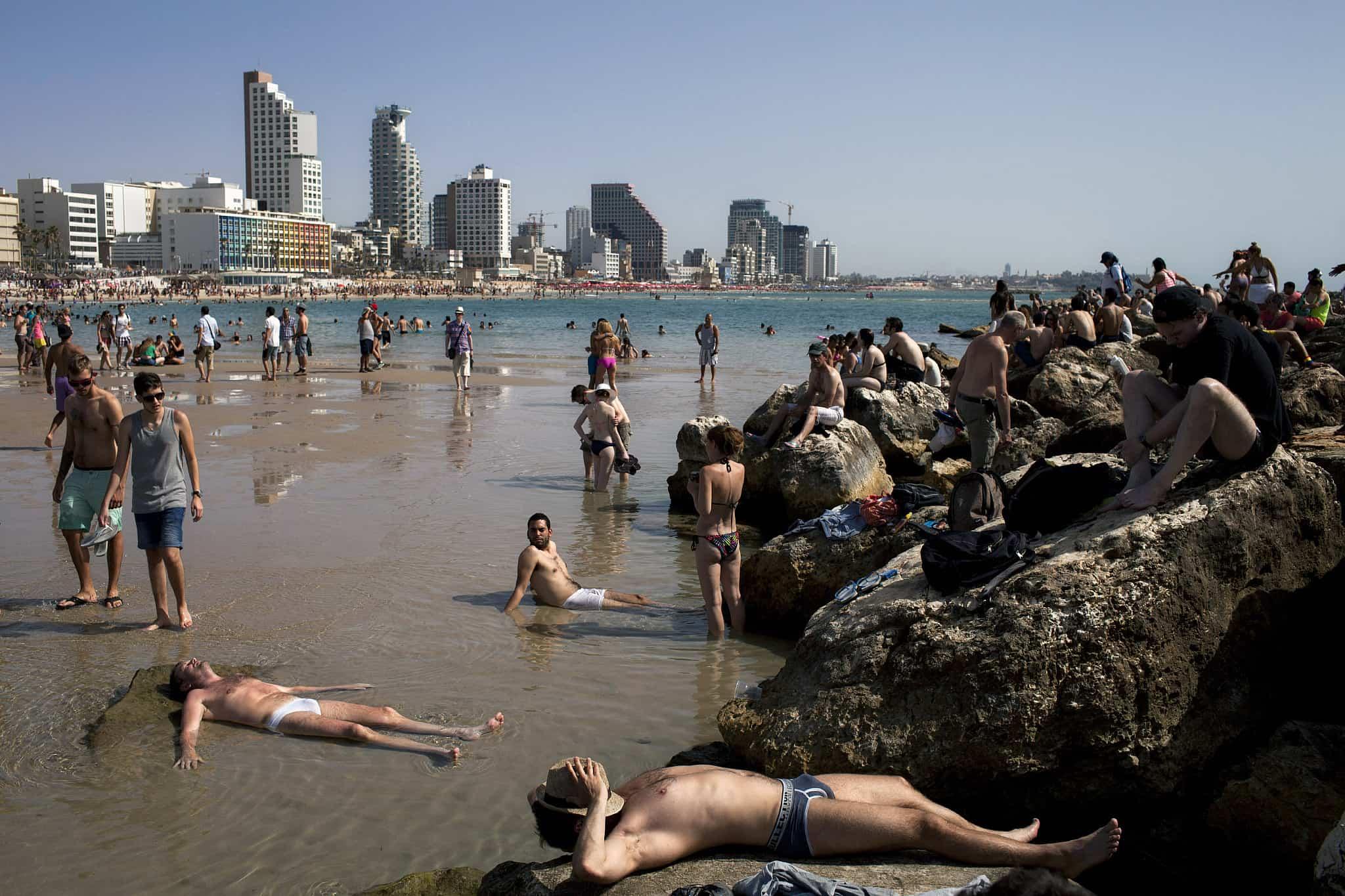 תיירים בתל אביב, ארכיון, 2013 (צילום: AP Photo/Oded Balilty)