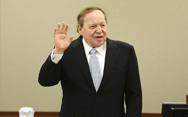 שלדון אדלסון עולה על דוכן העדים בהופעה נדירה בבית המשפט בארה״ב, ב-4 באפריל 2013 (צילום: AP Photo/Julie Jacobson)