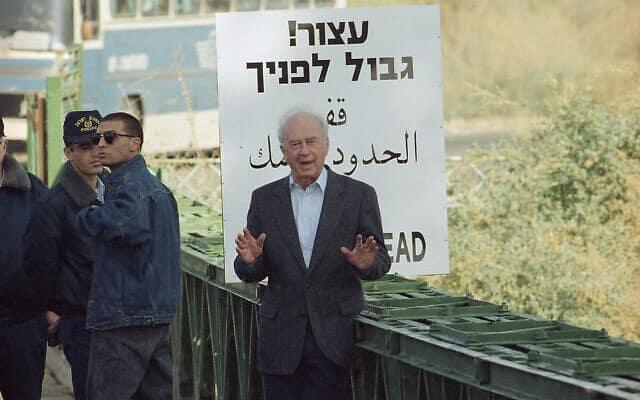 יצחק רבין בגשר אלנבי, ב-6 בינואר 1994 (צילום: AP Photo/Nati Harnik)