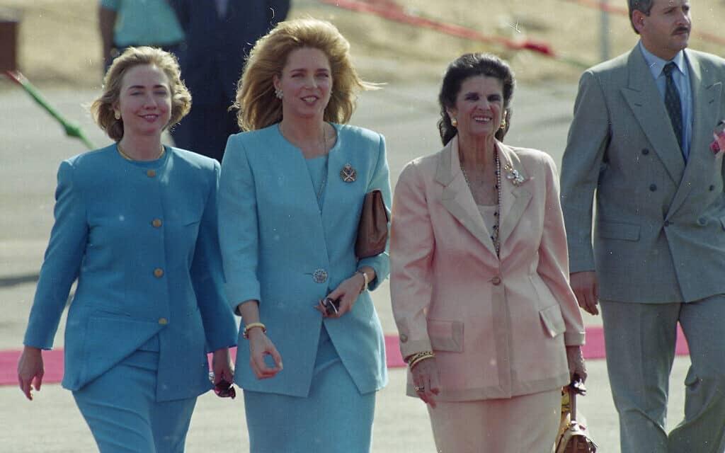 לאה רבין, המלכה נור והילרי קלינטון מגיעות לטקס חתימת הסכם השלום בין ישראל וירדן במסוף הערבה. 26 באוקטובר 1994 (צילום: AP Photo/Jerome Delay)