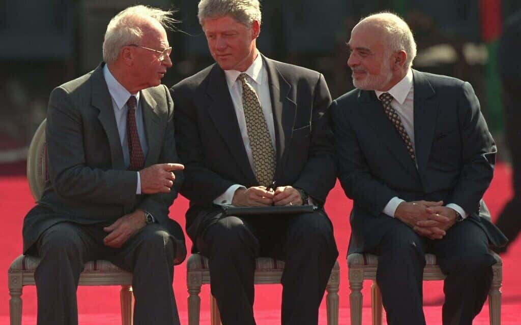 המלך חוסיין, ביל קלינטון ויצחק רבין בטקס חתימת הסכם השלום בין ישראל וירדן במסוף הערבה. 26 באוקטובר 1994 (צילום: AP Photo/David Brauchli)