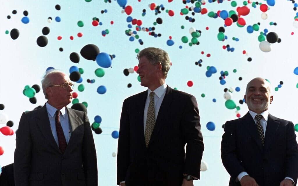 המלך חוסיין, ביל קלינטון ויצחק רבין אחרי חתימת הסכם השלום בין ישראל וירדן במסוף הערבה. 26 באוקטובר 1994 (צילום: AP Photo/Marcy Nighswander)