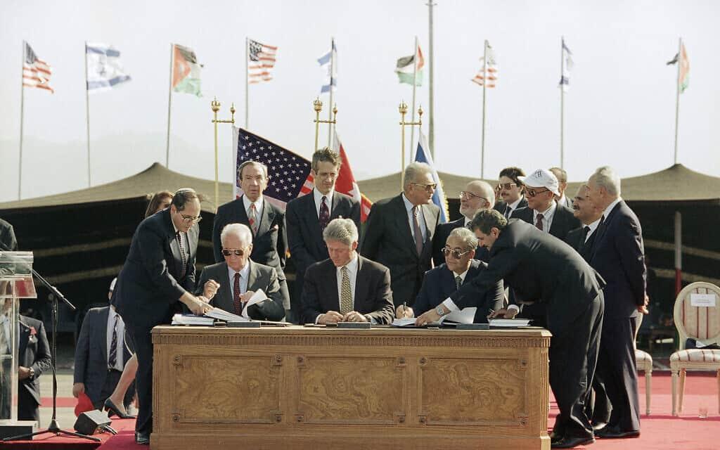 טקס חתימת הסכם השלום בין ישראל וירדן בערבה. 26 באוקטובר 1994 (צילום: AP Phto/Marcy Nighswander)