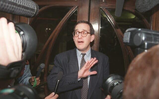אנתוני ג׳וליוס ב-1996, במהלך משפט הגירושים של הנסיכה דיאנה (צילום: AP Photo/Charles Miller)