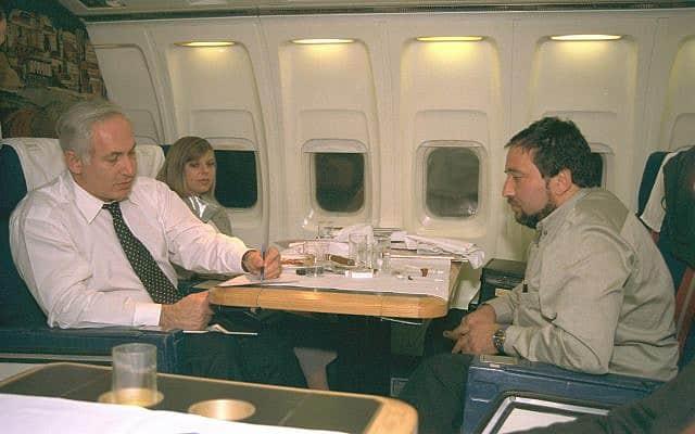 אביגדור ליברמן עם בנימין ושרה נתניהו בדרך לביקור מדיני, בדצמבר 1996 (צילום: יעקב סער/לע״מ)