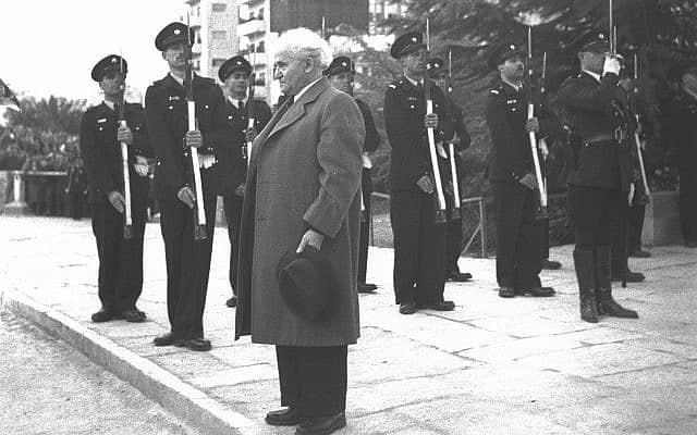 """ההתכנסות הראשונה של האספה המכוננת: דוד בן-גוריון בשירת """"התקווה"""", 14.2.1949 (צילום: הוגו מנדלסון, לע""""מ)"""