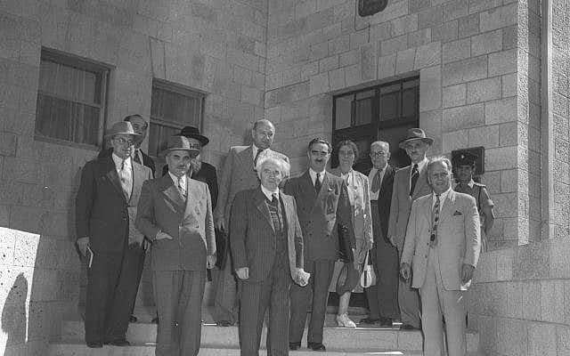 """שרים ביציאה ממשרד ראש הממשלה לאחר ישיבתה הראשונה של הממשלה השלישית, 11.10.1951 (צילום: דוד אלדן, לע""""מ)"""