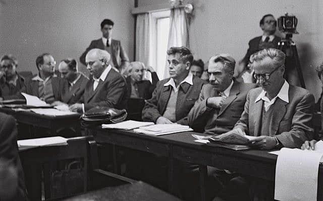 """חברי הכנסת מסיעת מפ""""ם בישיבת המליאה הראשונה בבניין הסוכנות היהודית בירושלים, 26.12.1949 (צילום: הנס פין, לע""""מ)"""