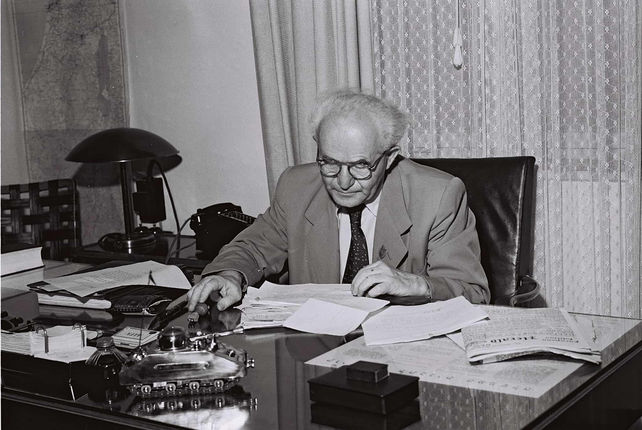 ראש המשלה ושר הביטחון דוד בן-גוריון בלשכתו בקרייה בתל אביב, 1.9.1949 (צילום: לע״מ)