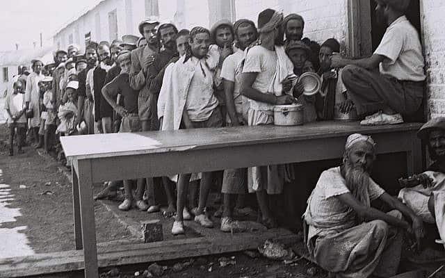 עולים מתימן ממתינים מחוץ לחדר האוכל במחנה העולים בראש העין. (צילום: KLUGER ZOLTAN, לע״מ)