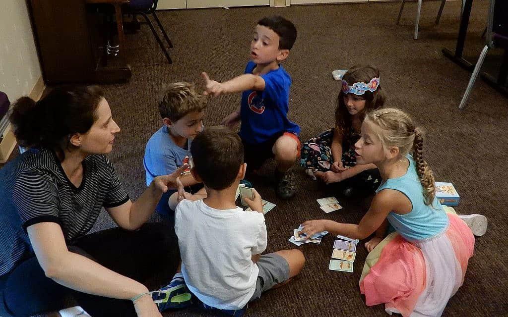 """הורים ישראלים וילדיהם המשתתפים בתכנית """"בגד כפת"""" ללימודי עברית במרכז הקהילה היהודית בפאלו אלטו, קליפורניה, 4 בספטמבר 2019 (צילום: מלאני לידמן)"""