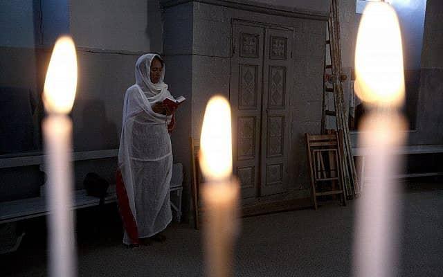 אישה מתפללת בכנסיה האתיופית בירושלים (צילום: Abir Sultan/Flash 90)