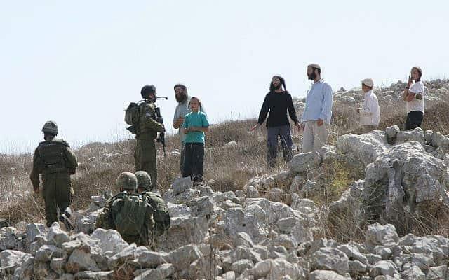 מתנחלים מתעמתים עם חיילי צה״ל. ארכיון (צילום: Wagdi Ashtiyeh /Flash90)