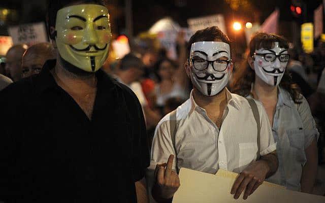 מפגינים ישראלים במסכות (צילום: Gili Yaari/ Flash90)